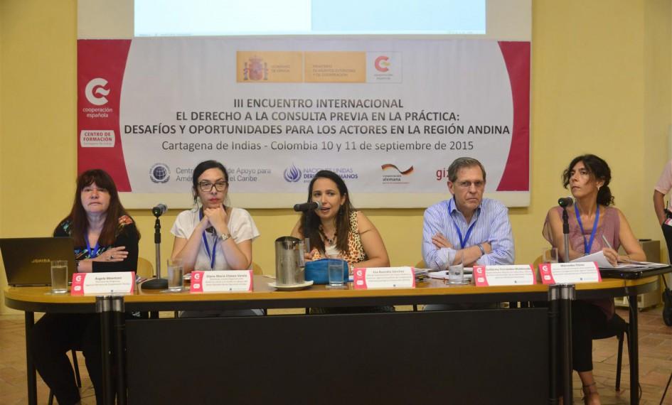 Mesa de ponentes en la jornada sobre indígenas